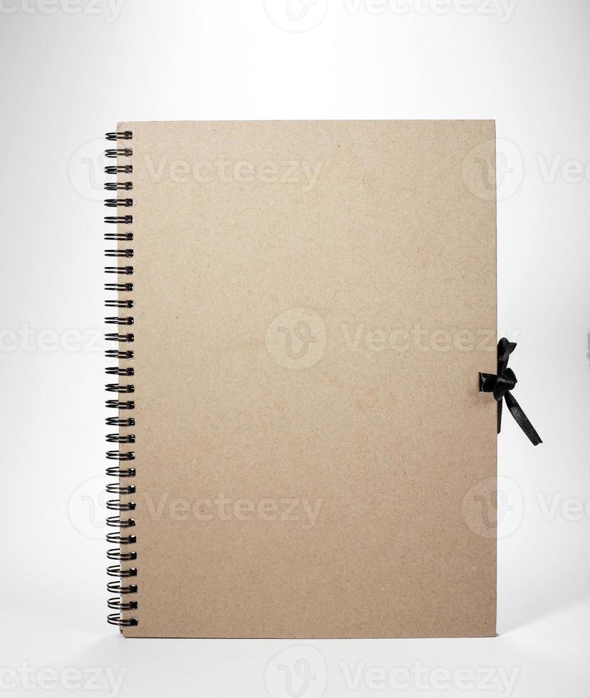 leeres Notizbuch auf weißem Hintergrund foto
