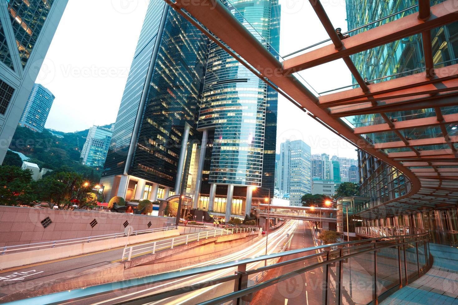 Hongkong von Straßenlaternenpfaden auf Straßenbildgebäuden in foto