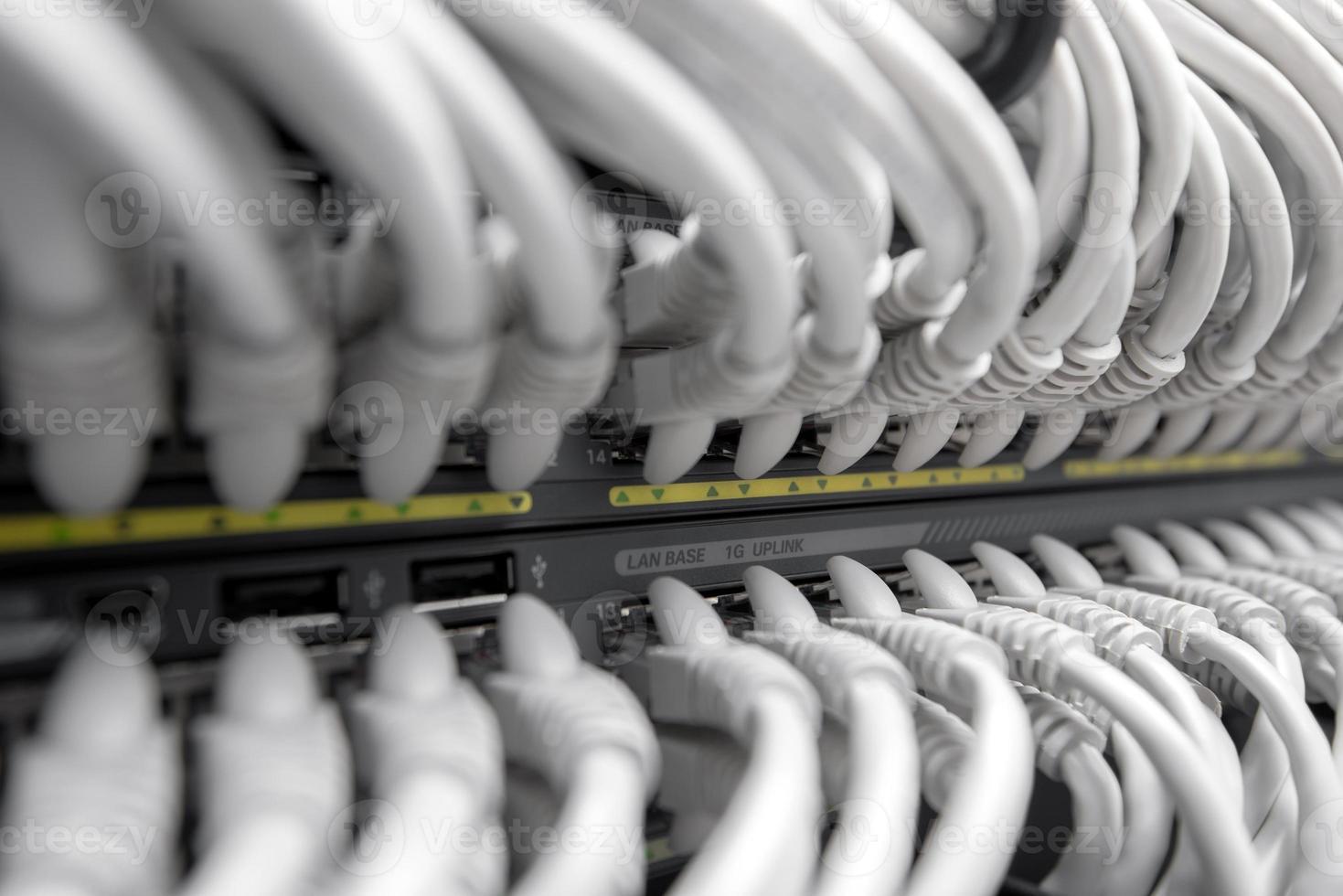 Netzwerk-Gigabit-Smart-Switch mit angeschlossenen Kabeln foto