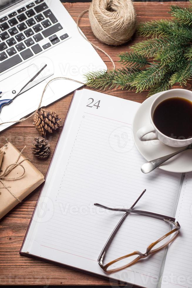 Tasse Kaffee mit Notizbuch und Geschenken foto