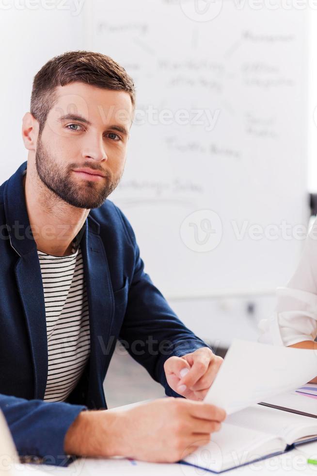 selbstbewusster Geschäftsexperte. foto