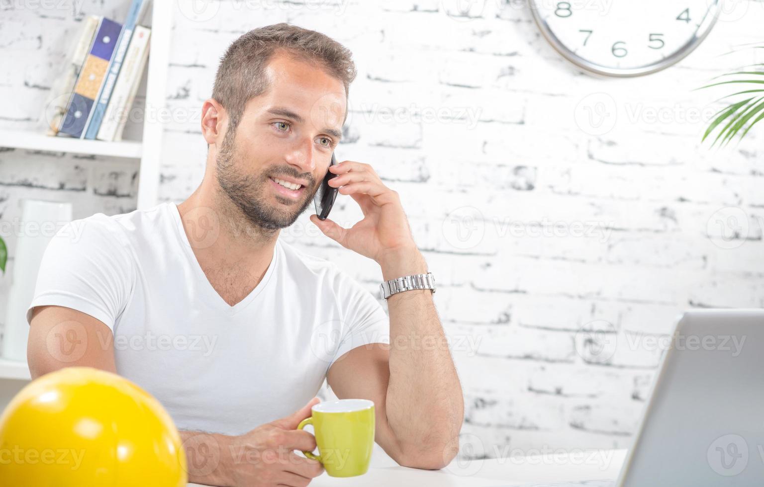junger Geschäftsmann, am Telefon foto