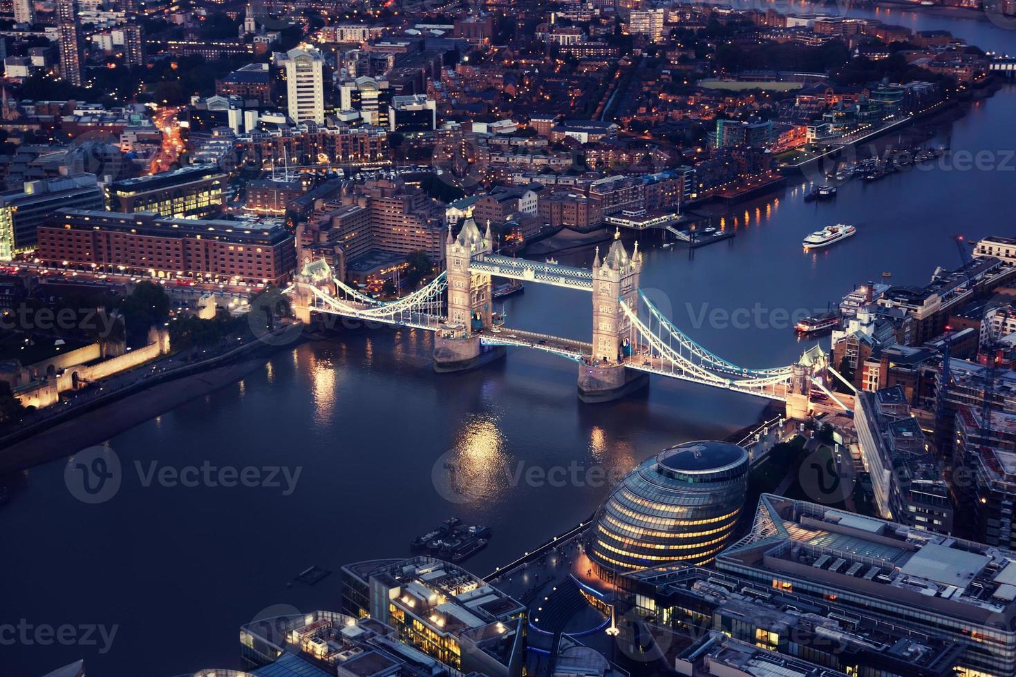 London in der Nacht mit Stadtarchitekturen und Tower Bridge foto