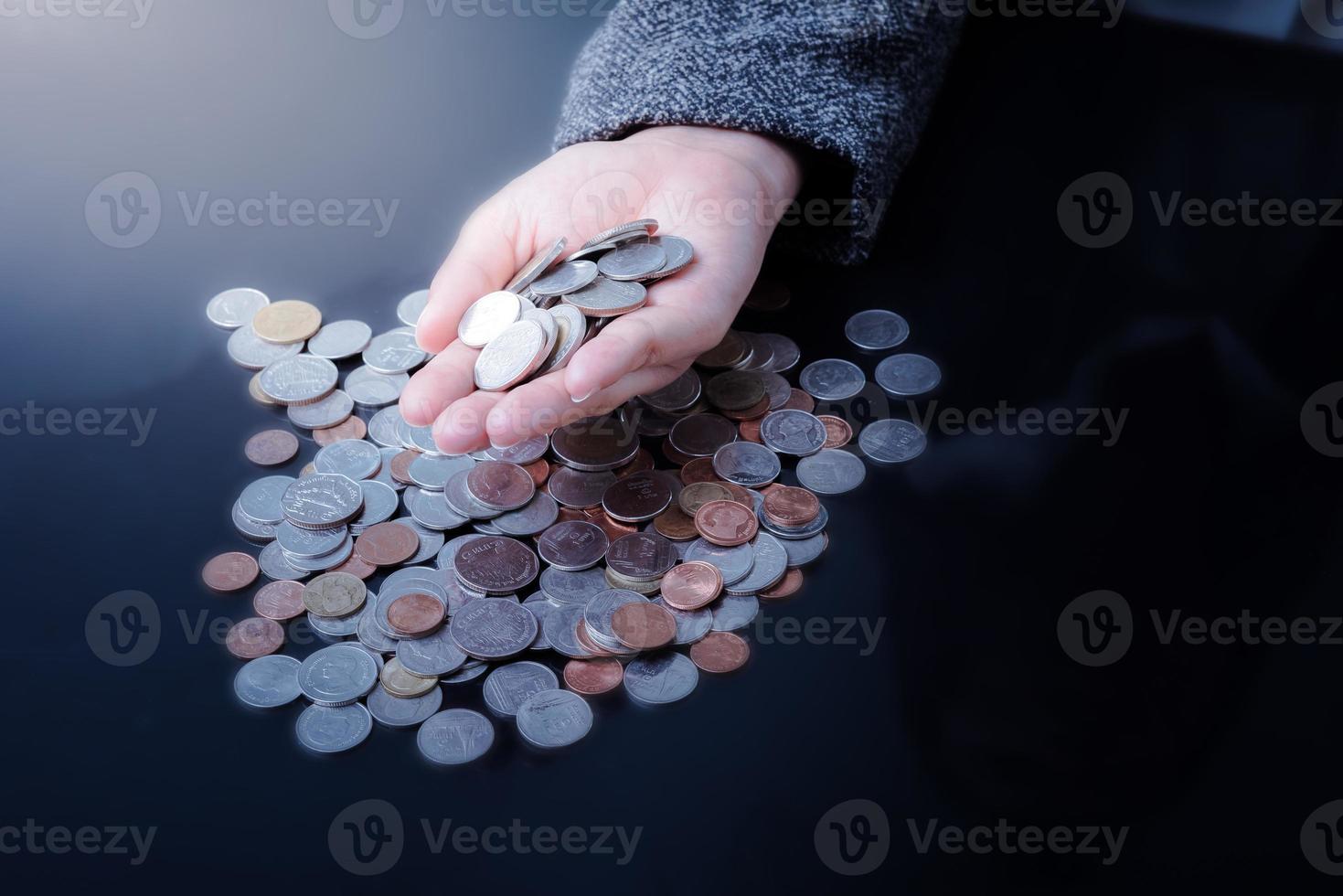 Geschäftsfrau hat Hände voller Münzen foto