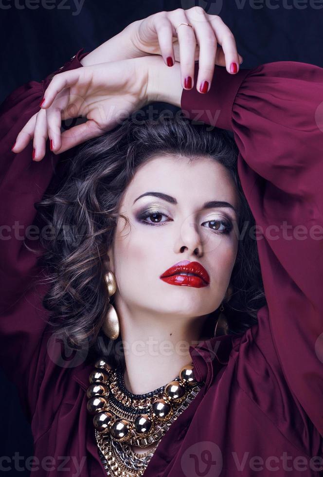 Schönheit reiche Brünette Frau mit viel Schmuck, Hispanic foto