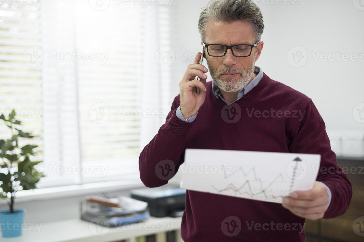 Chef macht ein Geschäft über das Handy foto