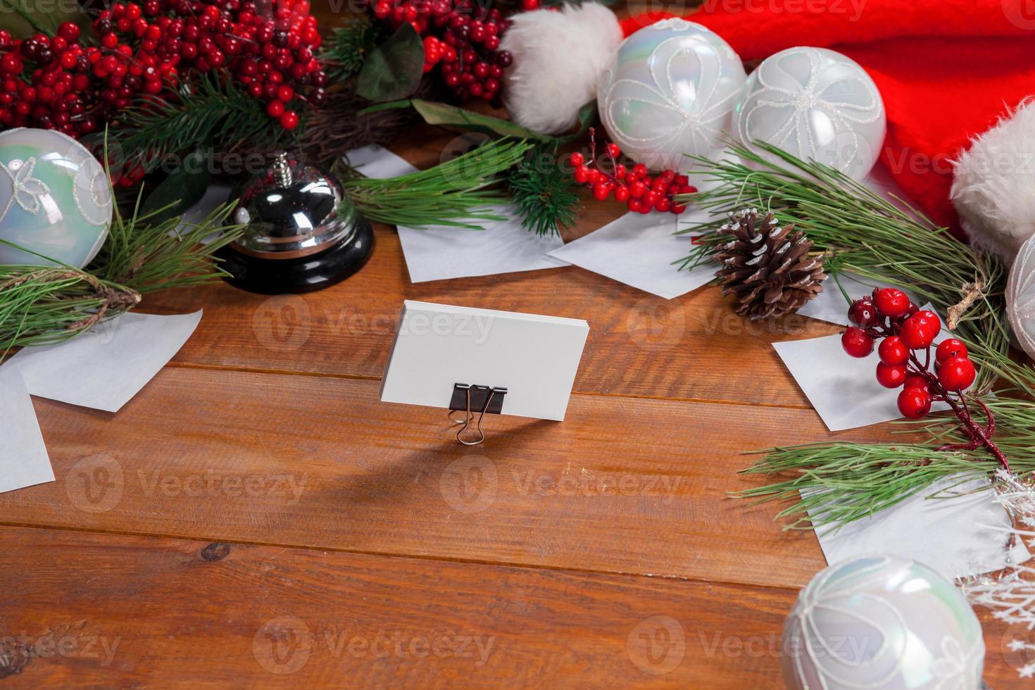 der Holztisch mit Weihnachtsschmuck foto