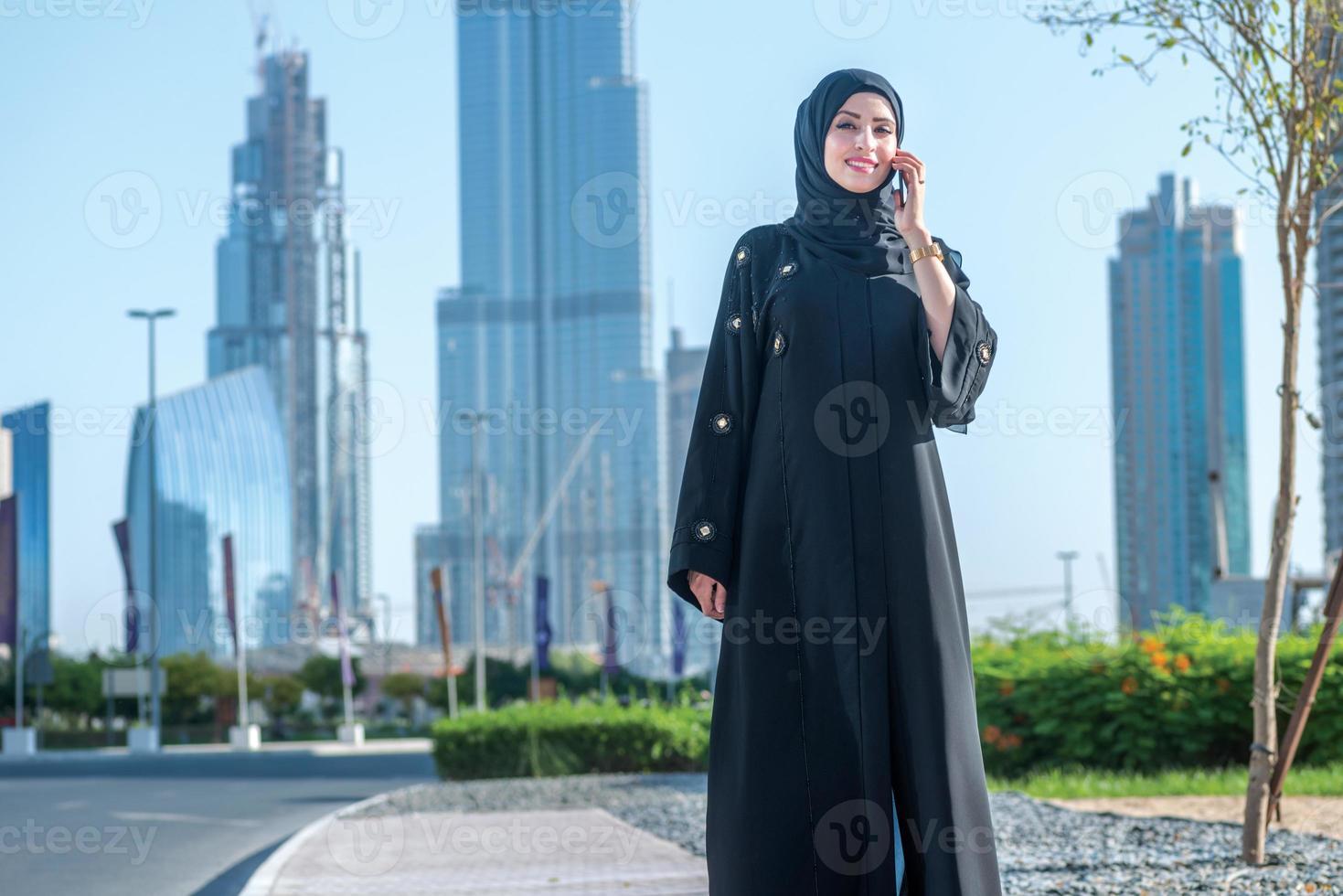 Frauen im Geschäft in Dubai. arabische Geschäftsfrauen im Hijab sprechen foto