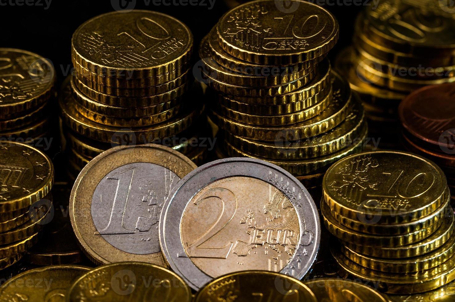 Zwei-Euro-Münz-Nahaufnahmefinanzierungskonzept foto