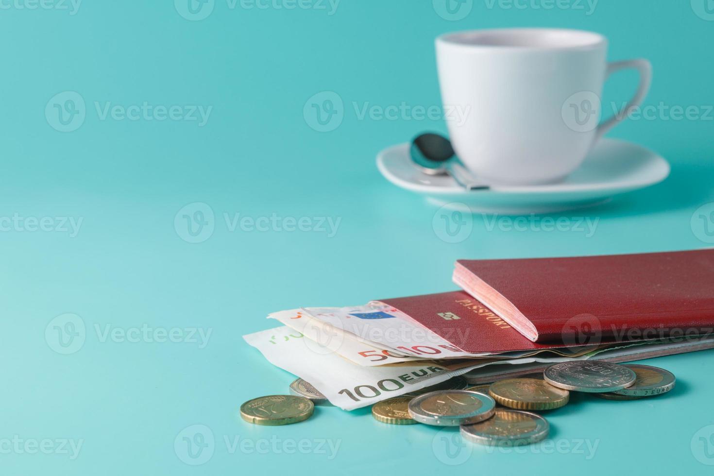 Reisepass mit Banknoten und Münzen foto