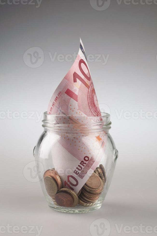 Euro-Geldscheine in einem Glas. foto