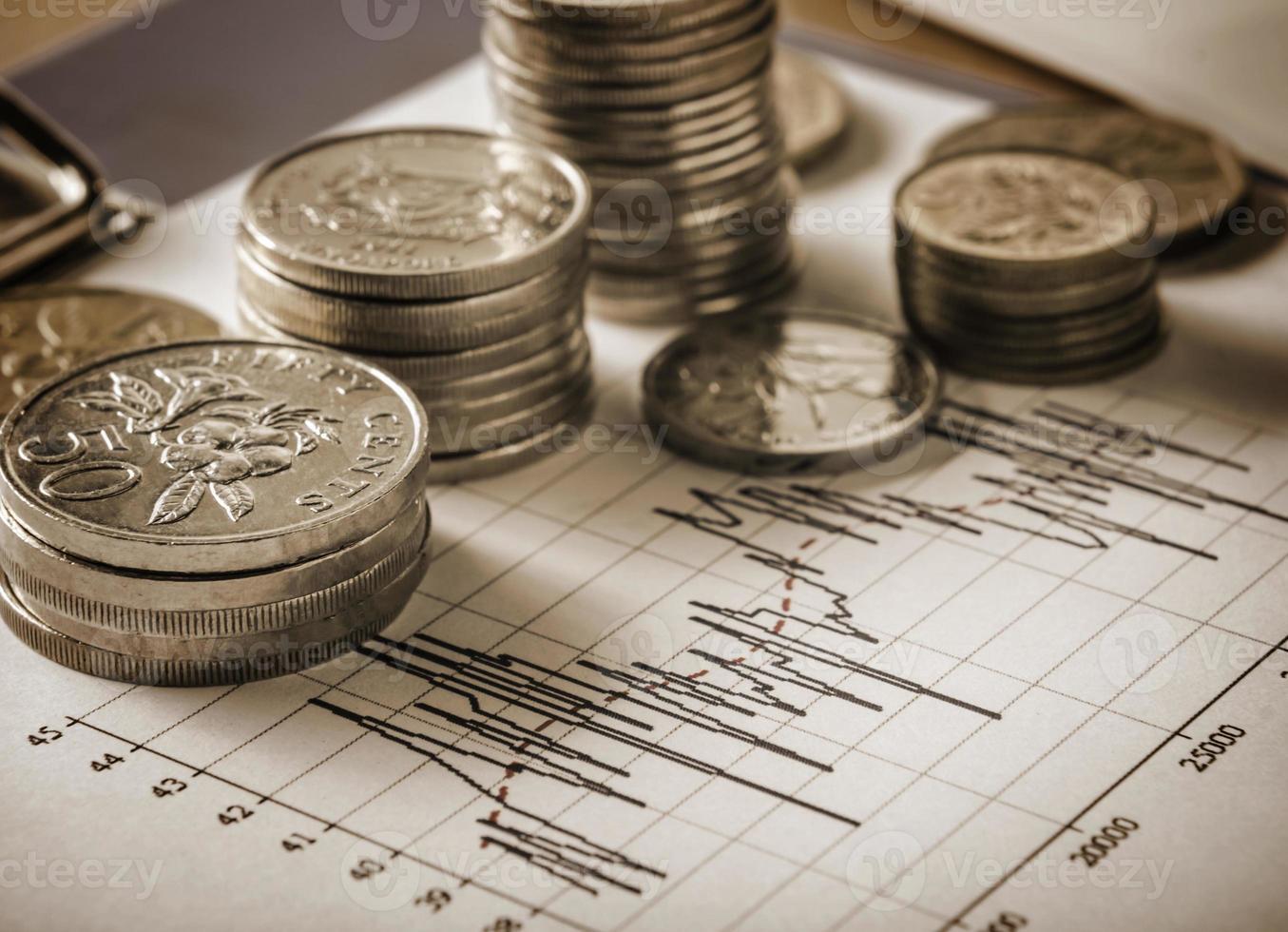 Münzen und Grafik im Sepia-Ton foto
