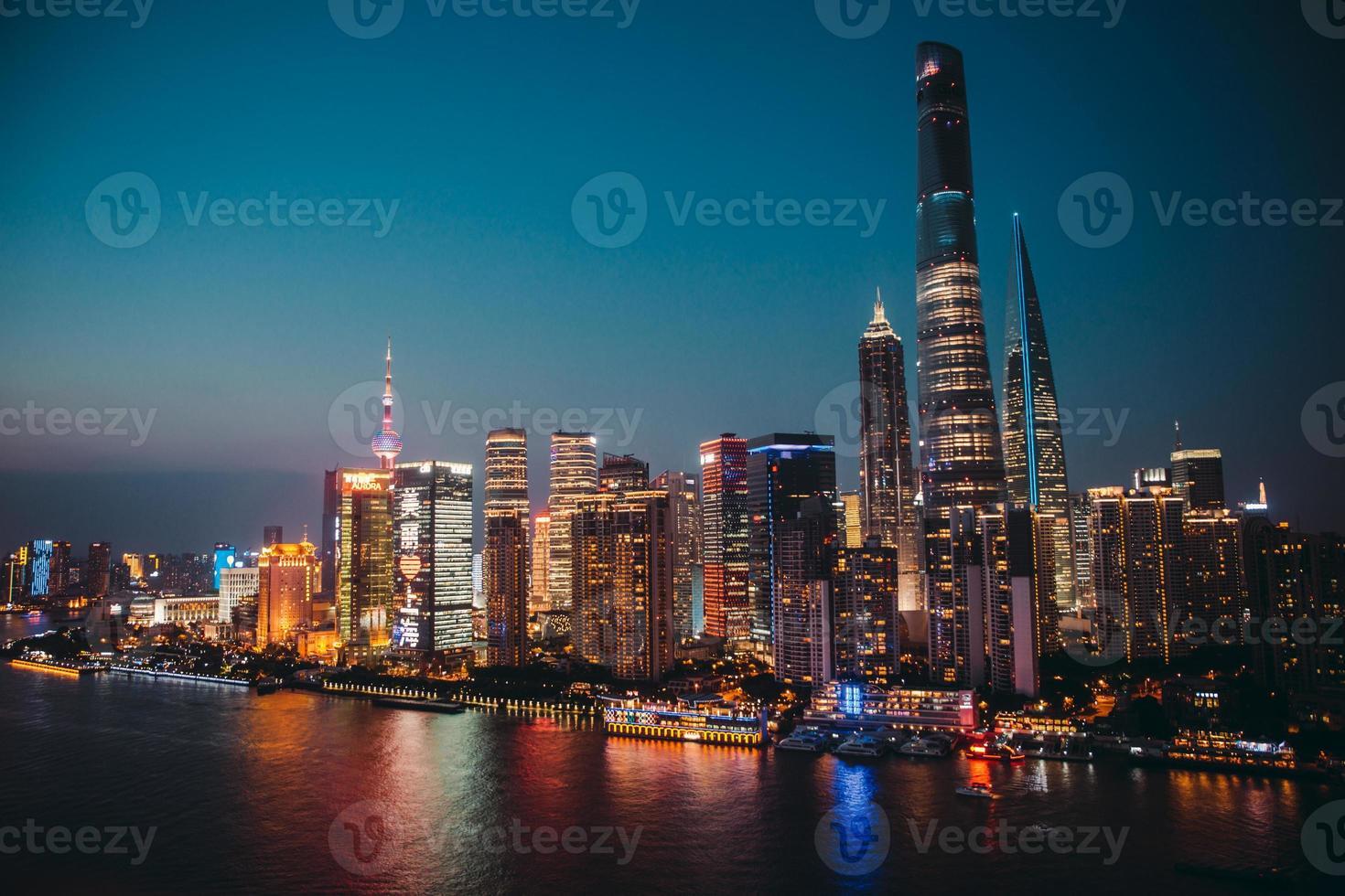 Panoramablick auf Shanghai Stadtlandschaft in der Nacht. Antenne foto
