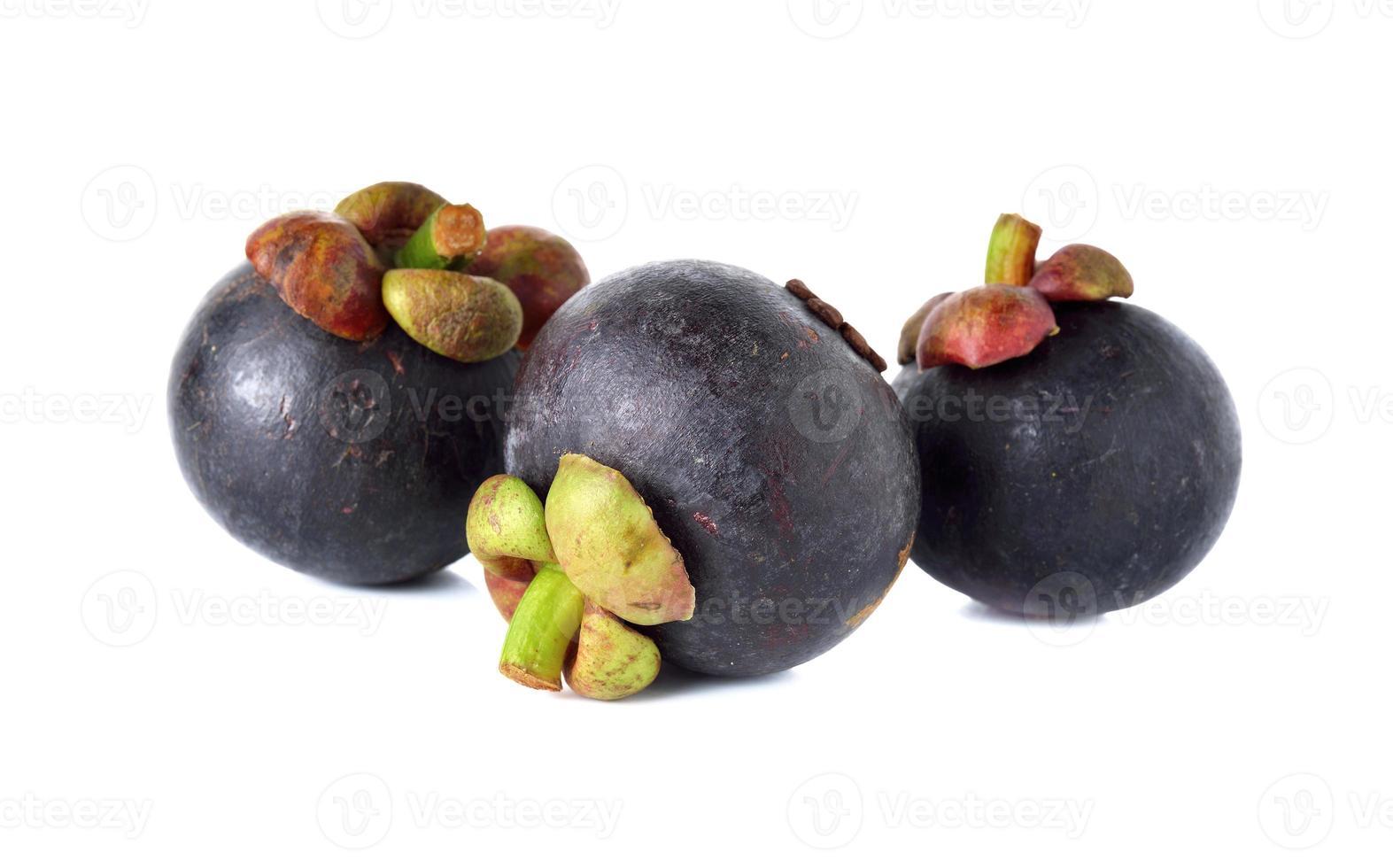 ganze Mangostanfrucht mit Stiel auf weißem Hintergrund foto