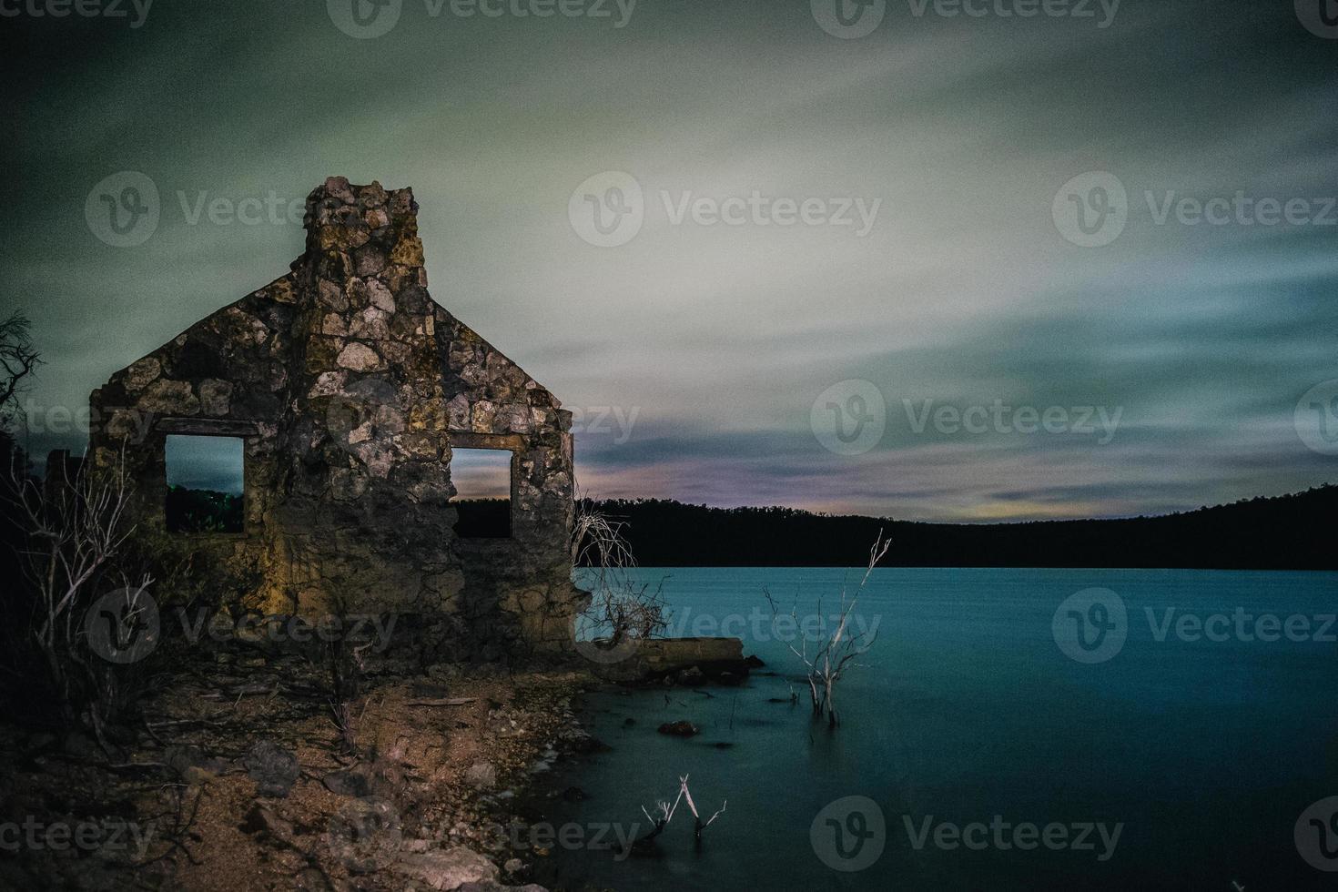 verlassene Ruinen des Hauses in der Nähe des Sees foto