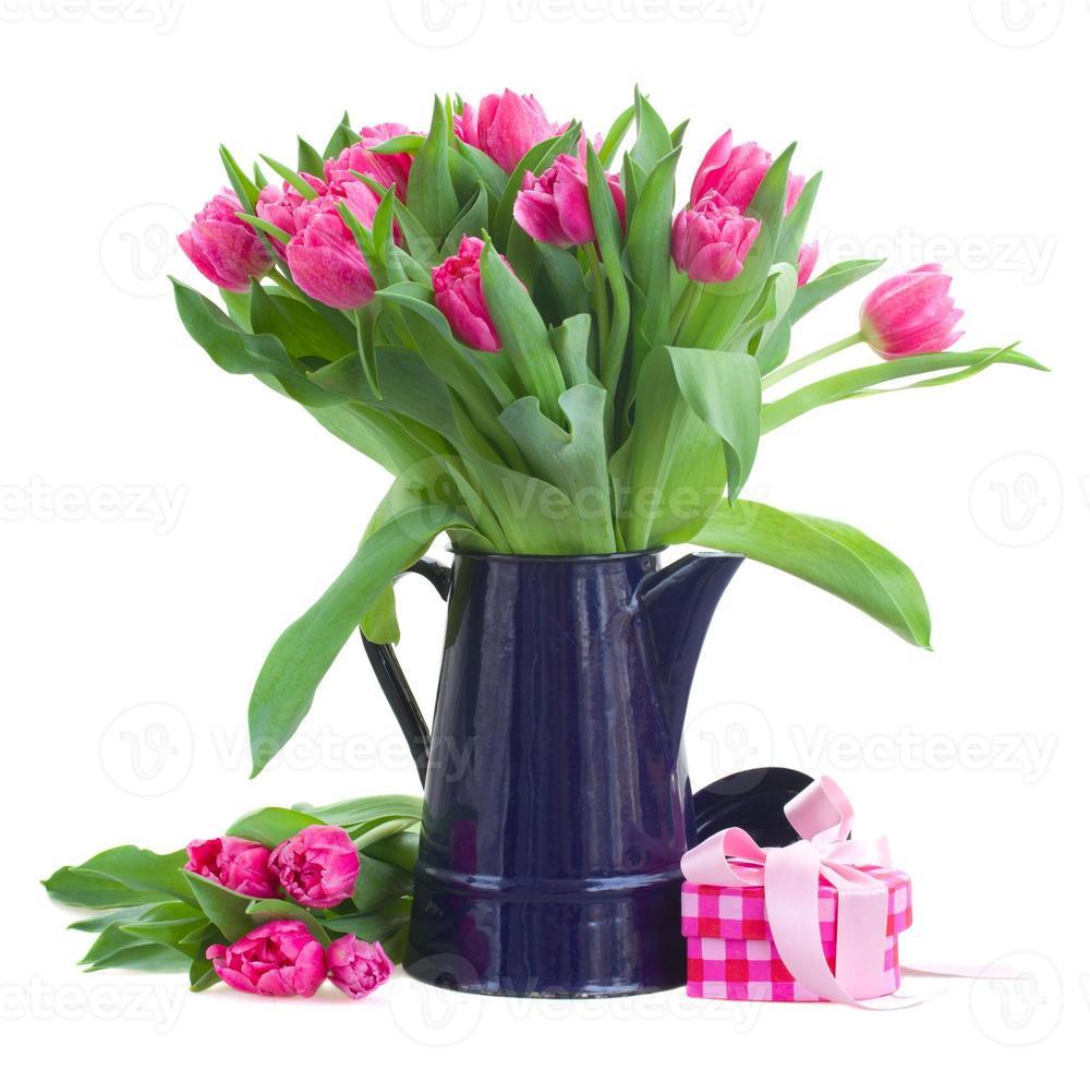 Strauß rosa Tulpen im blauen Topf foto