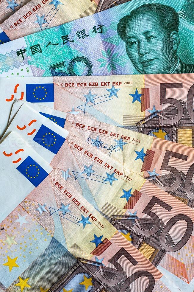 fünfzig Euro-Noten und fünfzig Yuan-Noten foto