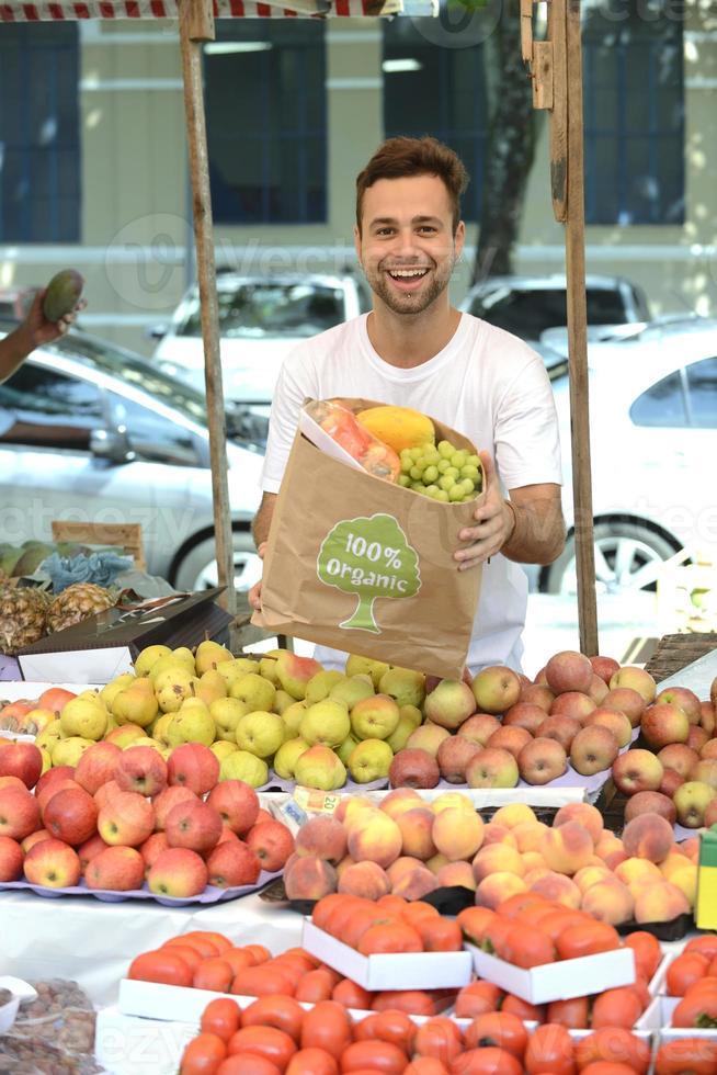 Gemüsehändler, der Bio-Obst und Gemüse verkauft. foto
