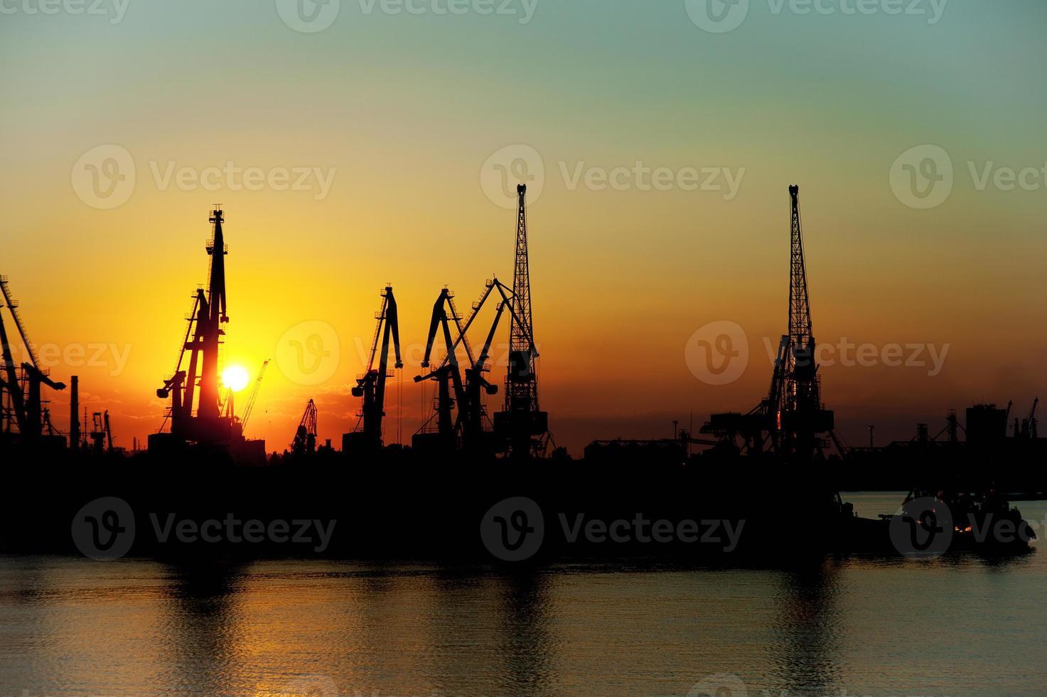 Hafen mit Ladekränen foto