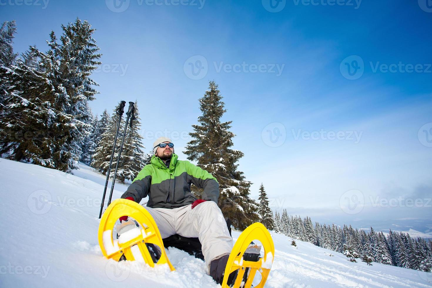 Wanderer im Winterwald foto