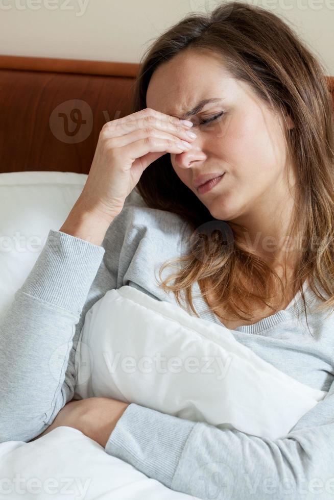 kranke Frau mit Kopfschmerzen foto