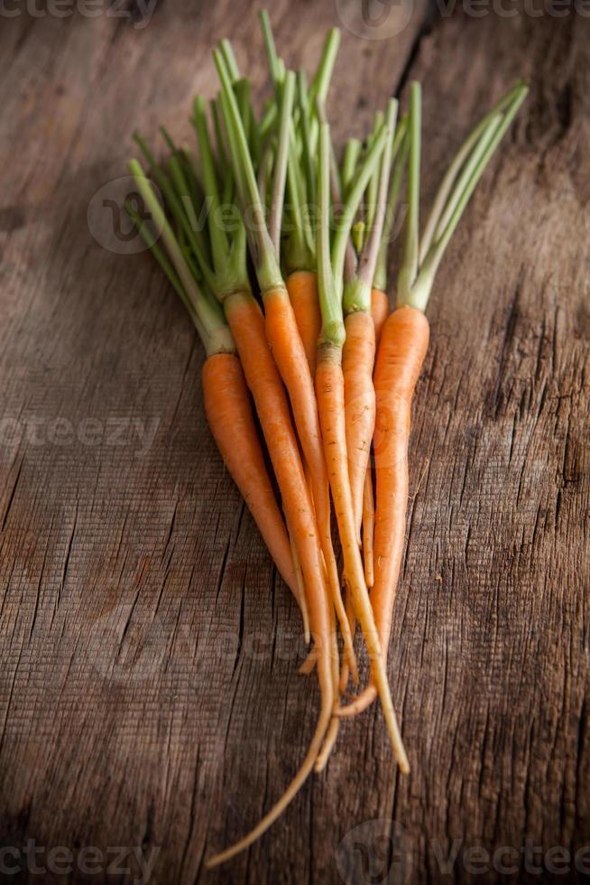 Karotten auf einem hölzernen Hintergrund foto