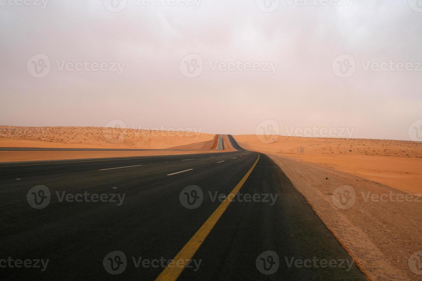 Straße in die Wüste foto