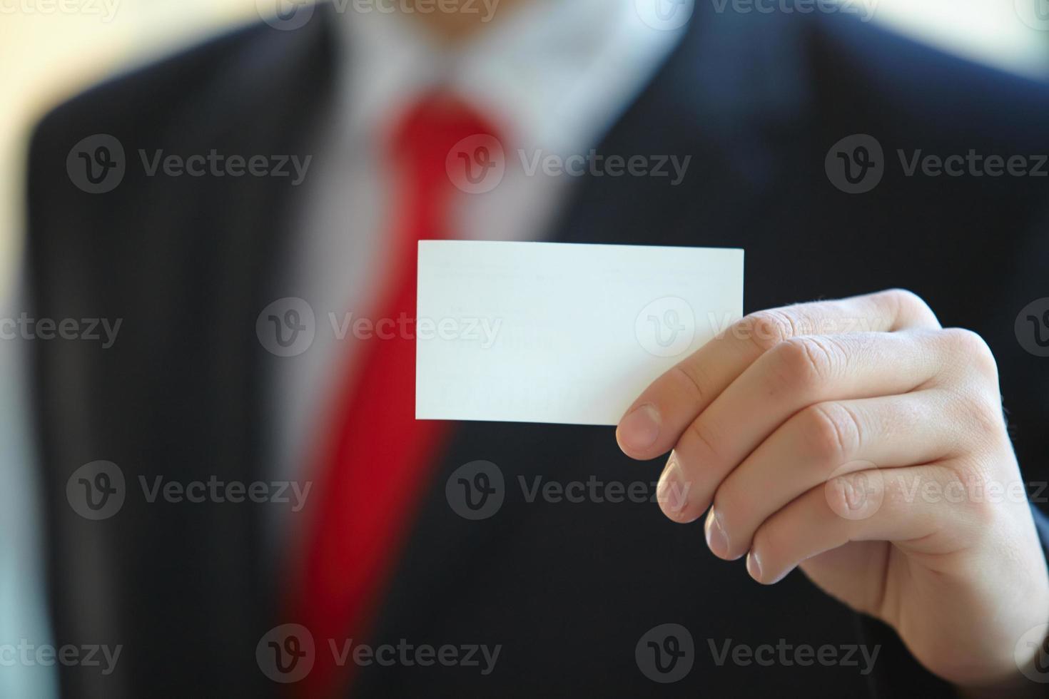 Geschäftsmann, der Visitenkarte gibt foto