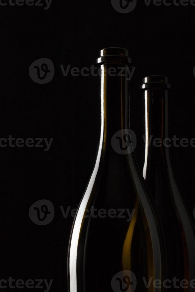 Silhouetten eleganter Weinflaschen foto