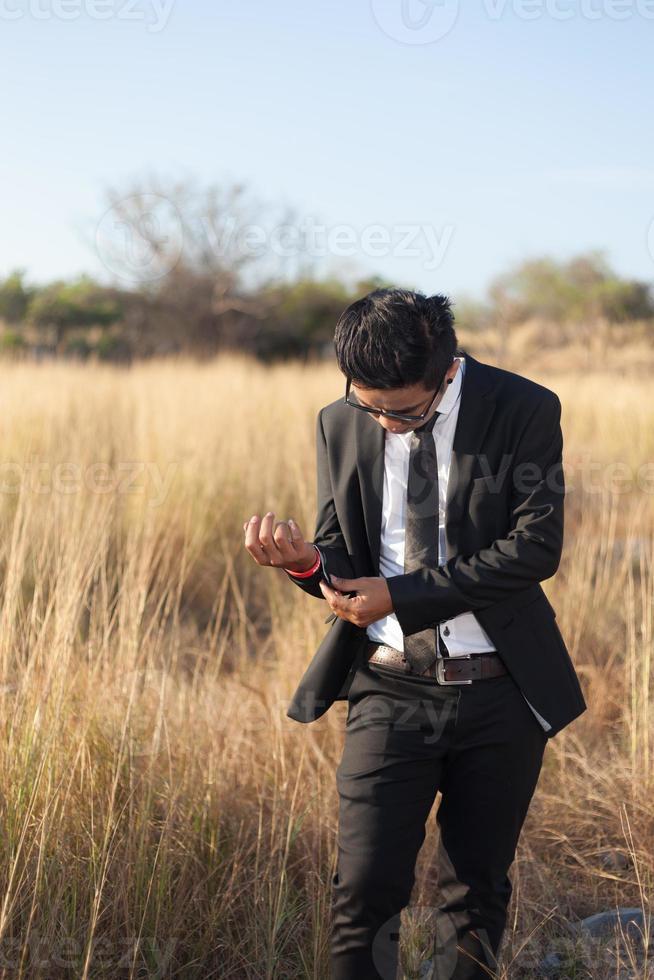 asiatischer Mann, der einen schwarzen Anzug trägt foto