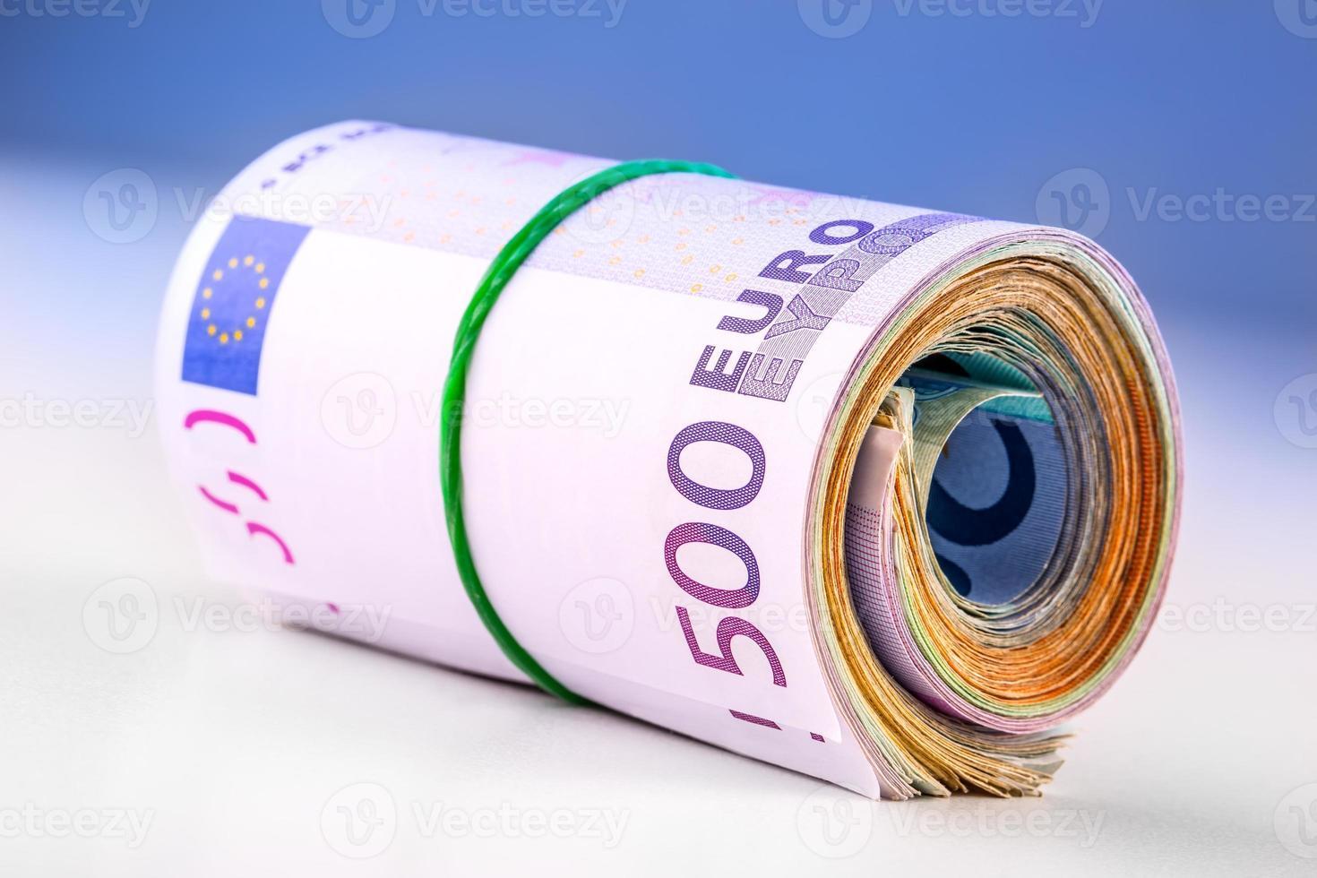 gerollte Euro-Banknoten mehrere tausend. foto