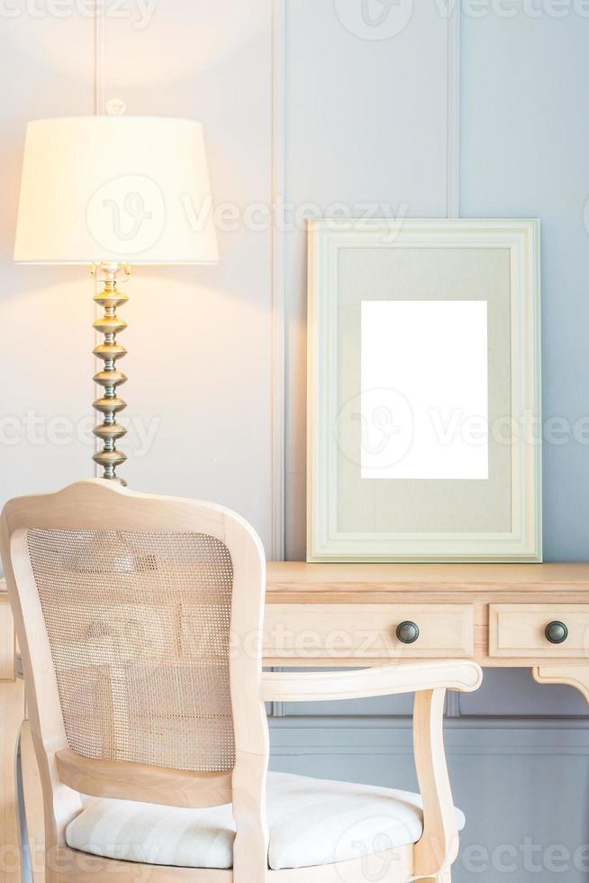 leerer Rahmen auf klassischem Vintage Tisch foto