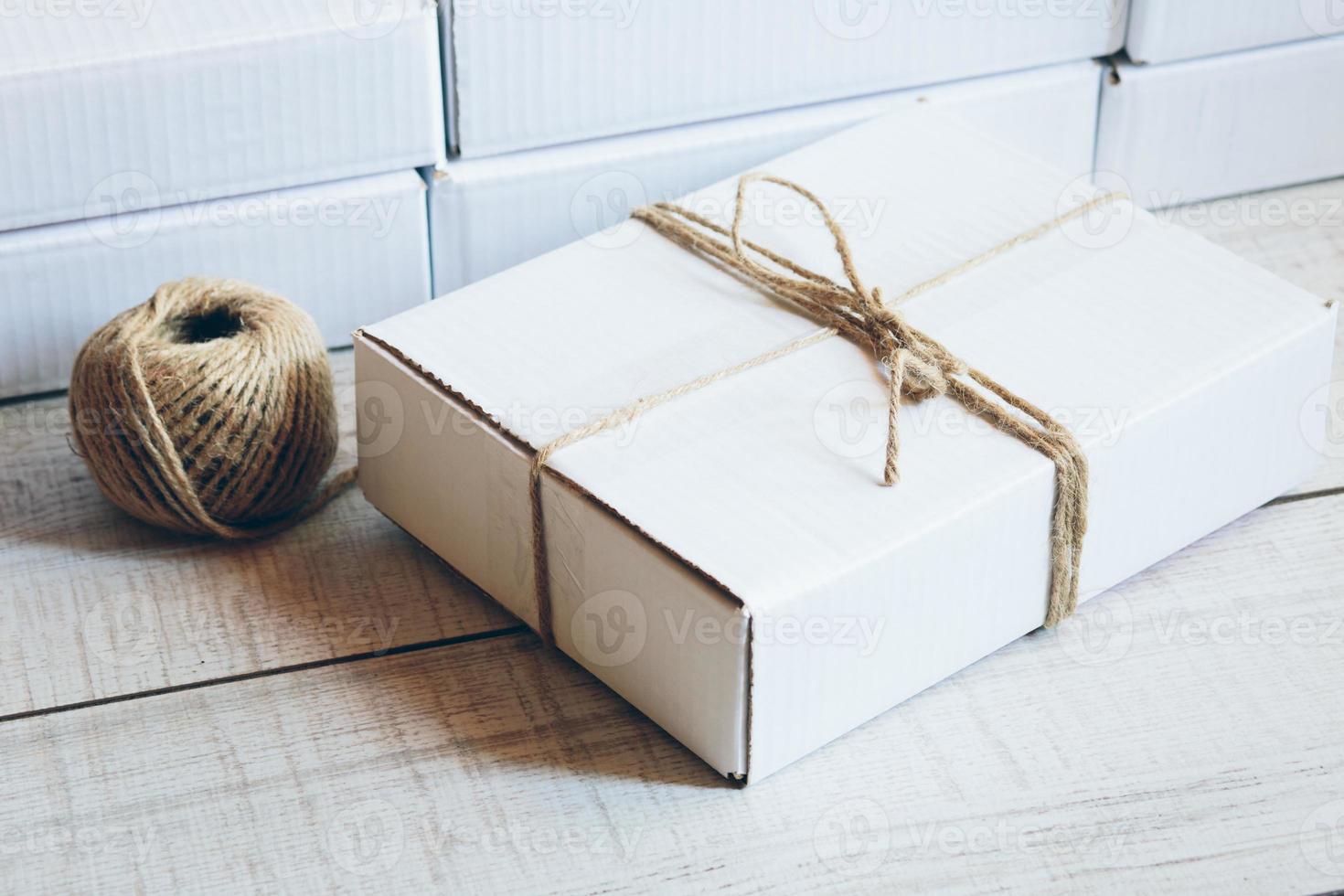 Paket auf dem Tisch foto