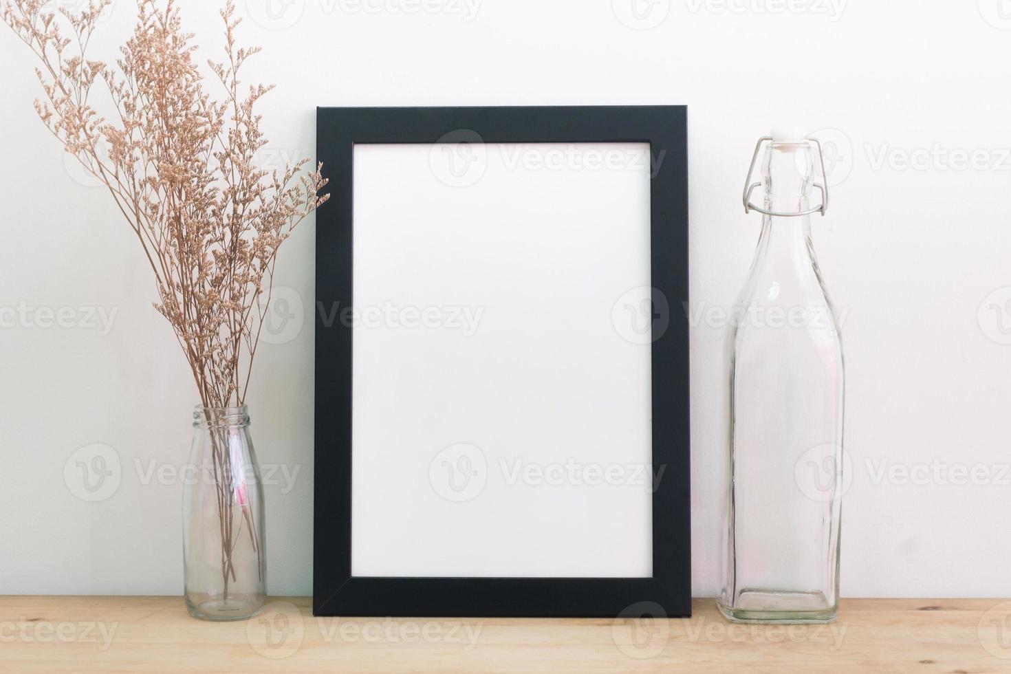 leerer schwarzer Bilderrahmen an Wand und Boden foto
