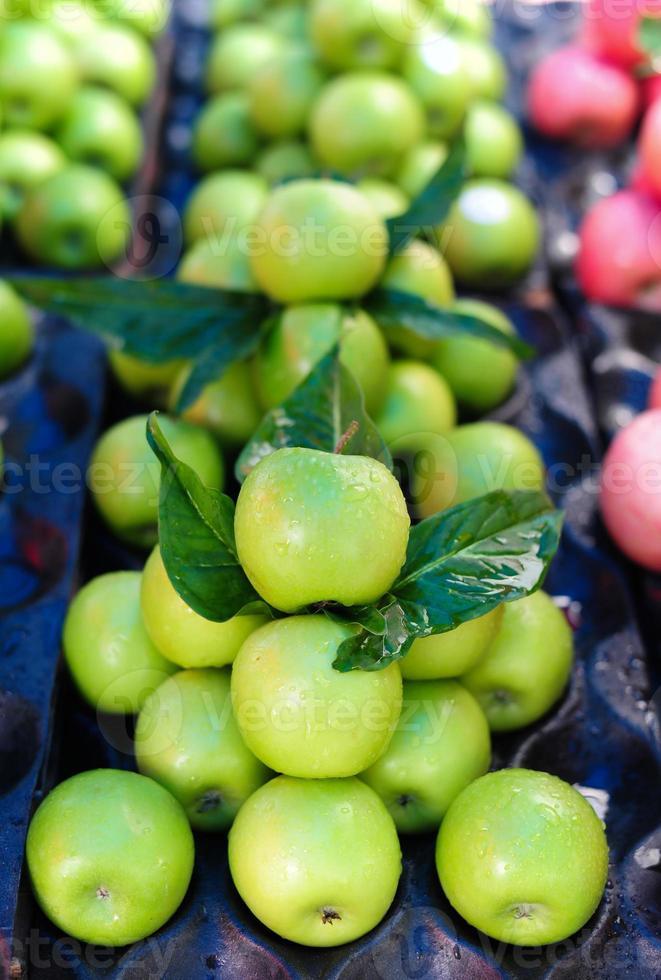 grüner Apfel auf dem Markt foto