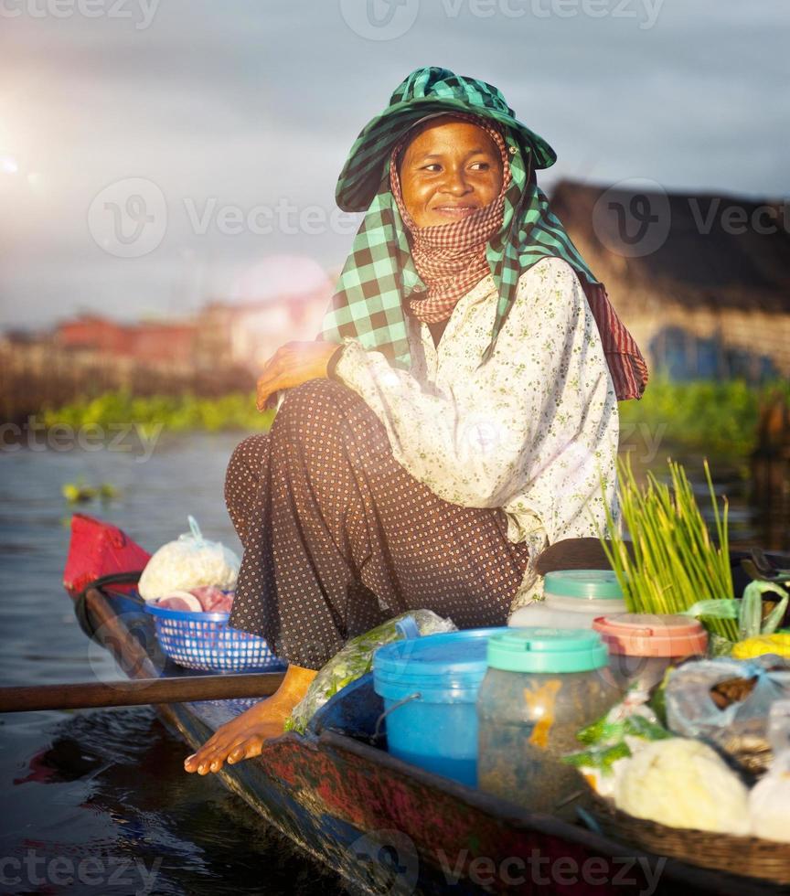 lokaler kambodschanischer Verkäufer schwimmender Markt siem ernten Konzept foto