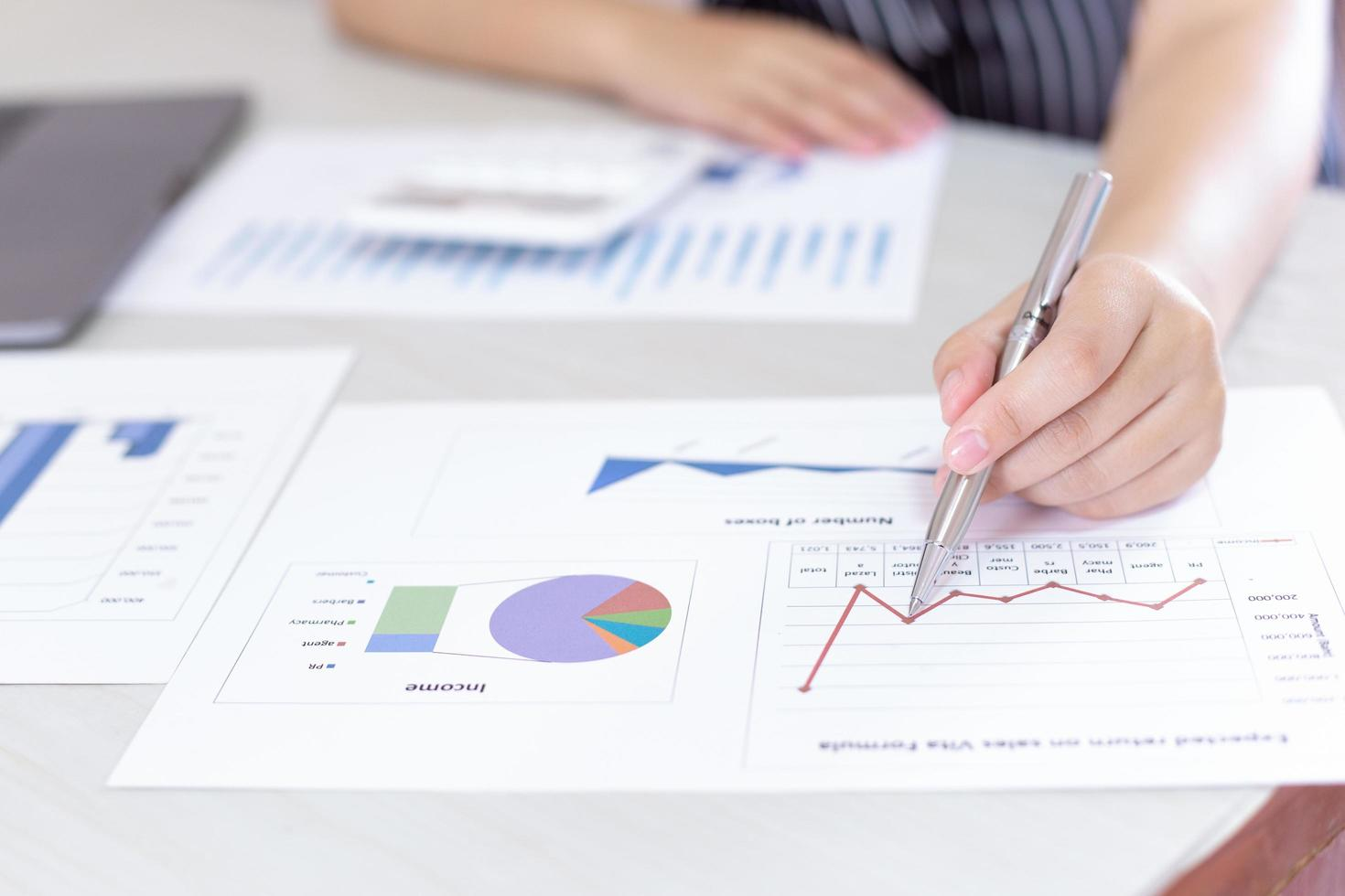 Der Geschäftsmann am Schreibtisch analysiert das Diagramm des Finanzwachstums foto