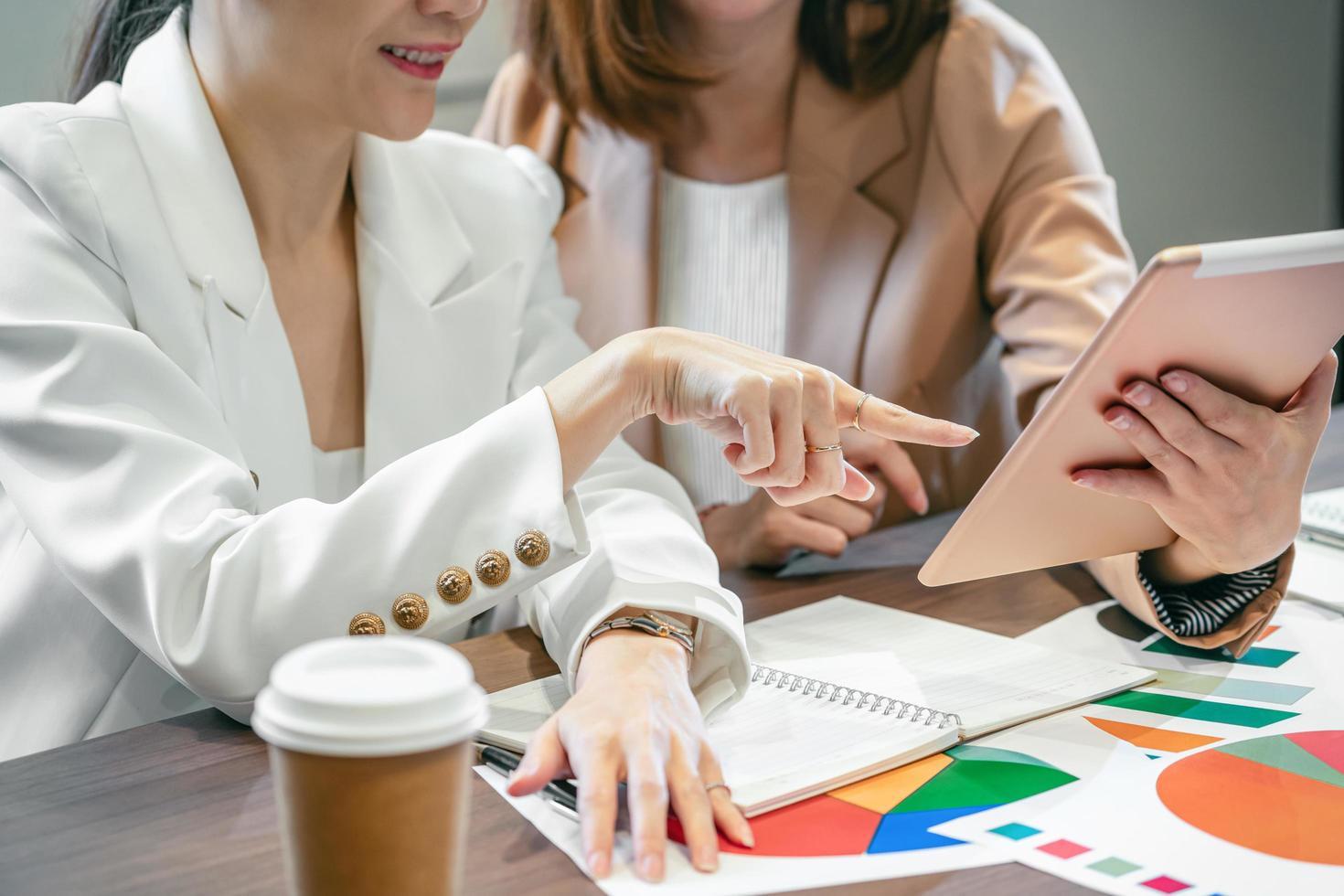Zwei asiatische Profis arbeiten in einem Büro foto