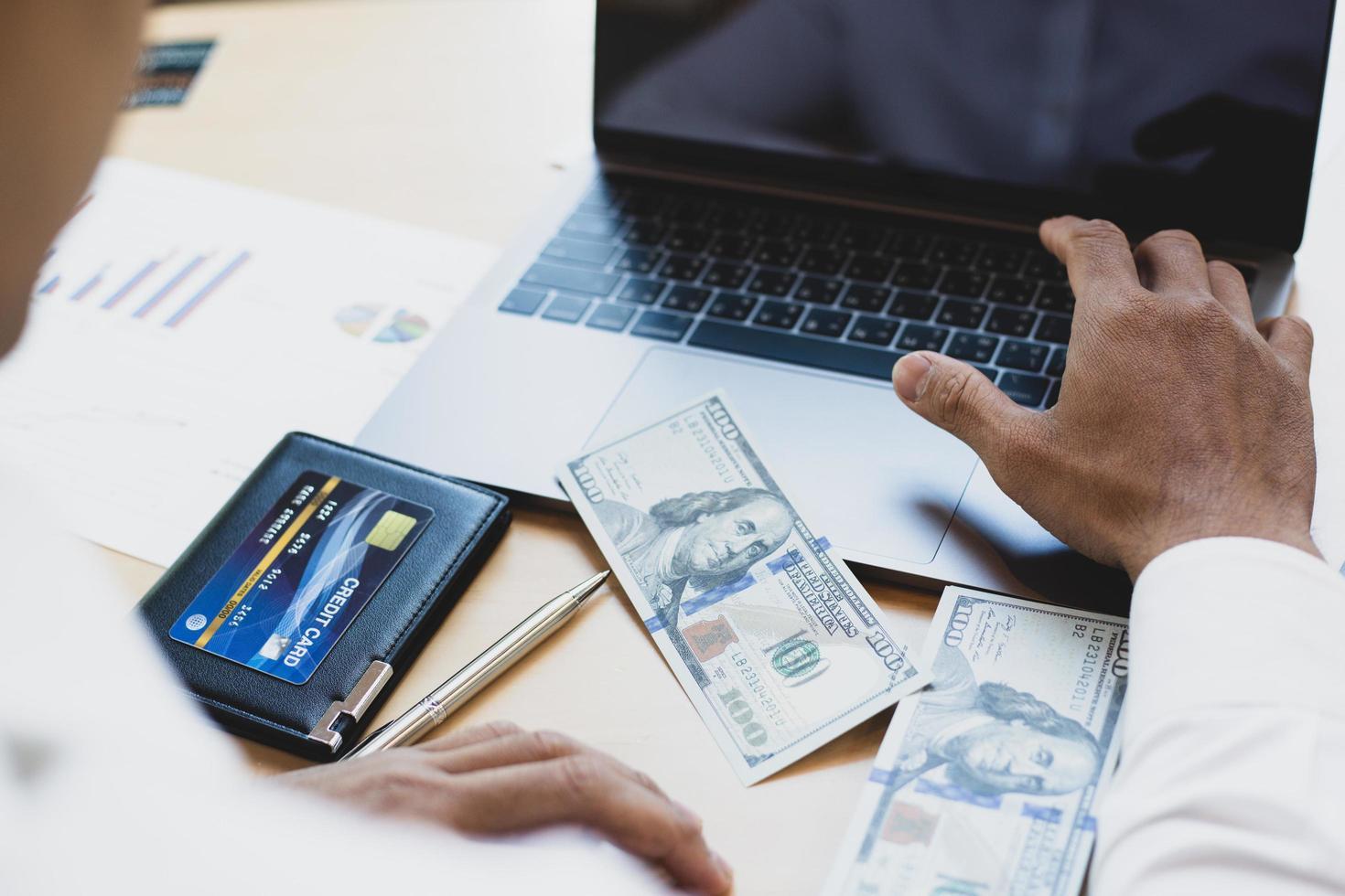 Finanzunternehmer, der Bargeld am Schreibtisch zählt foto