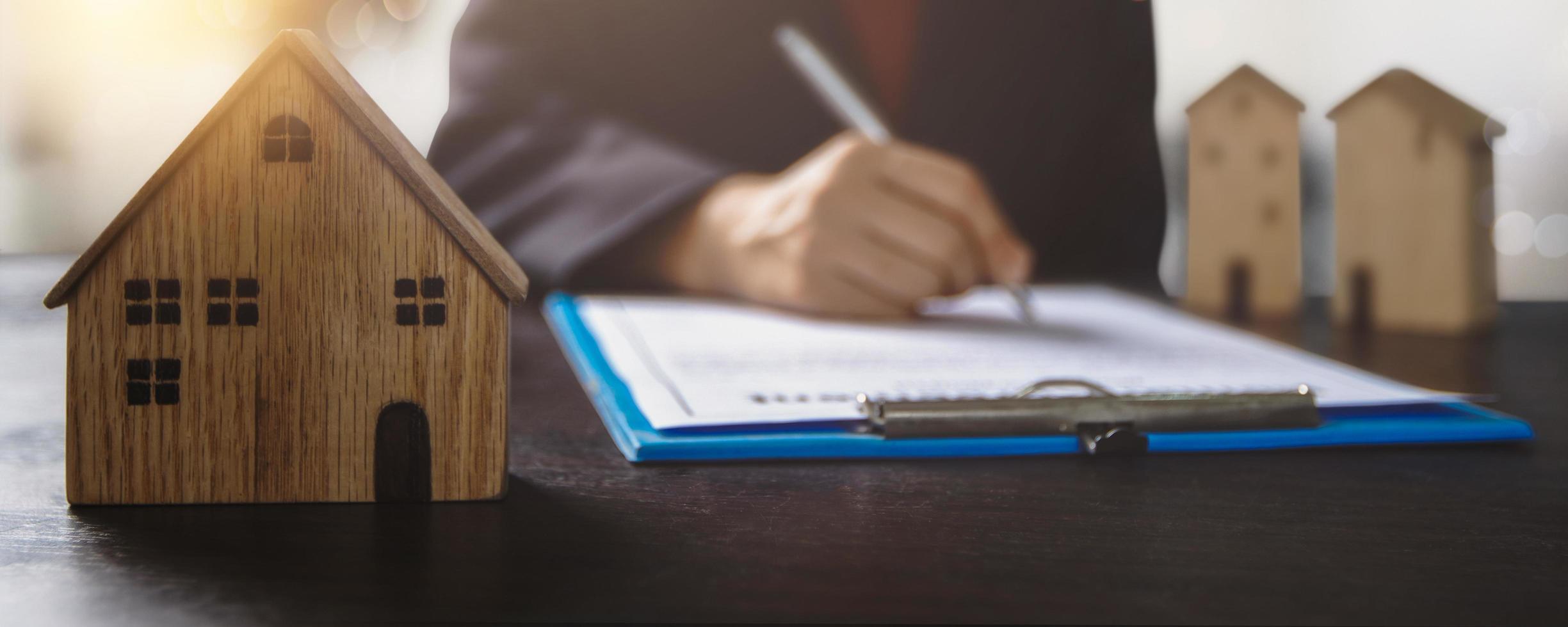 Hausbesitzer unterzeichnet Hypothekenvertrag foto