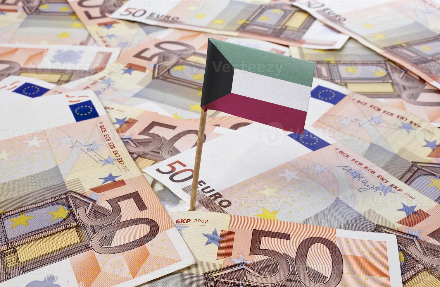 Flagge von Kuwait, die in 50-Euro-Banknoten steckt. (Serie) foto