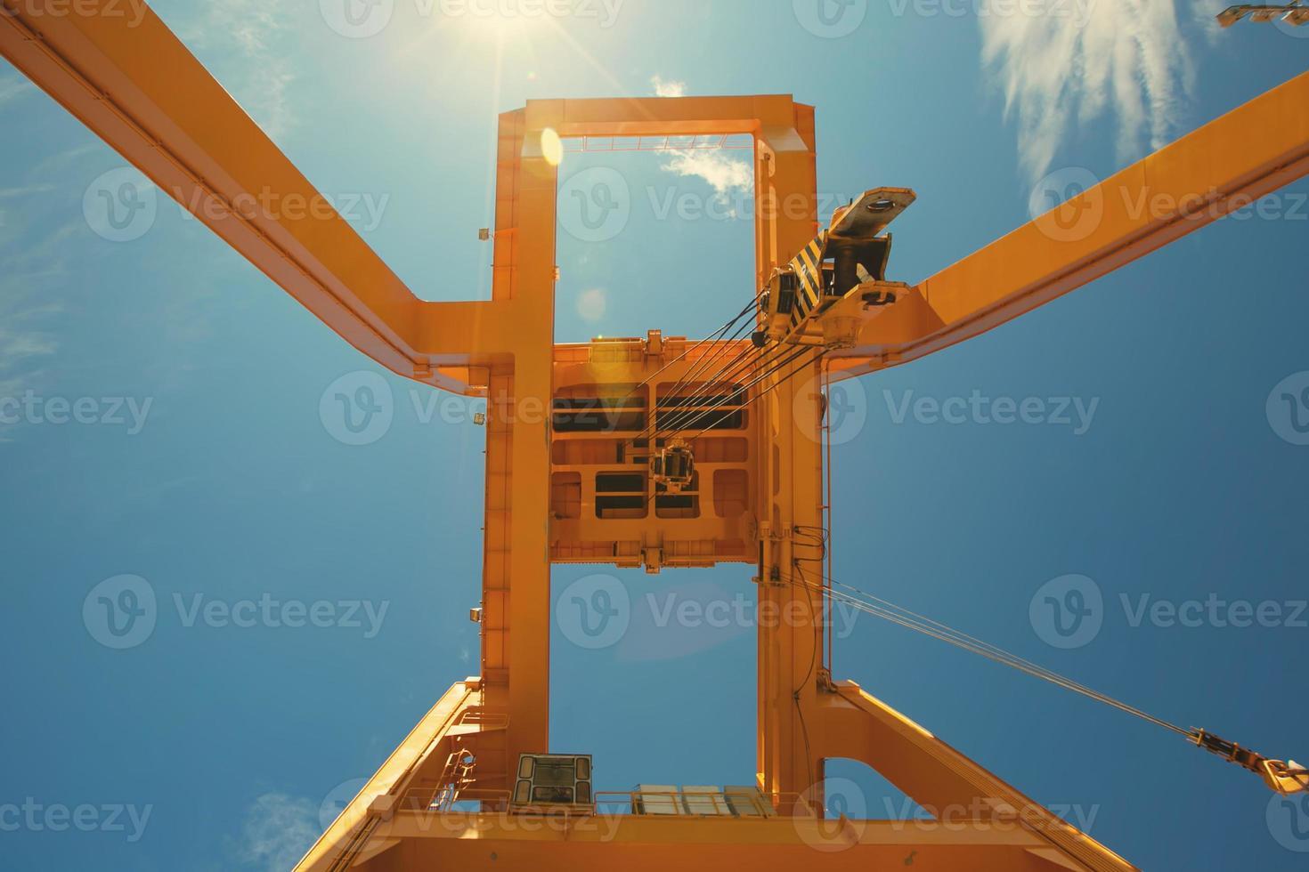 Baukran für Brückenbau auf blauem Himmel Hintergrund foto