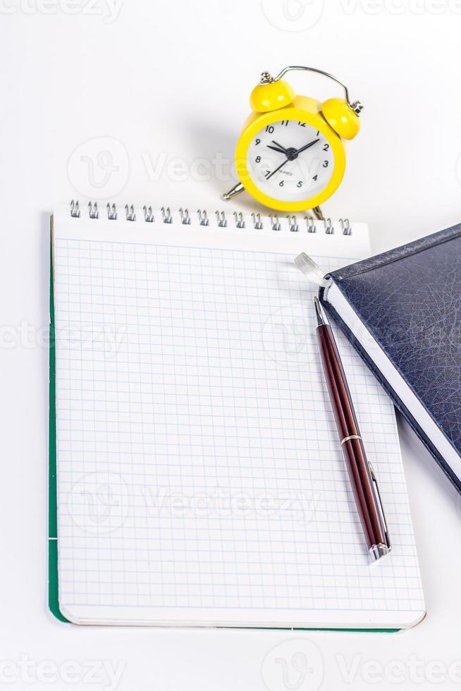 Notizbuch auf Hintergrundalarm foto
