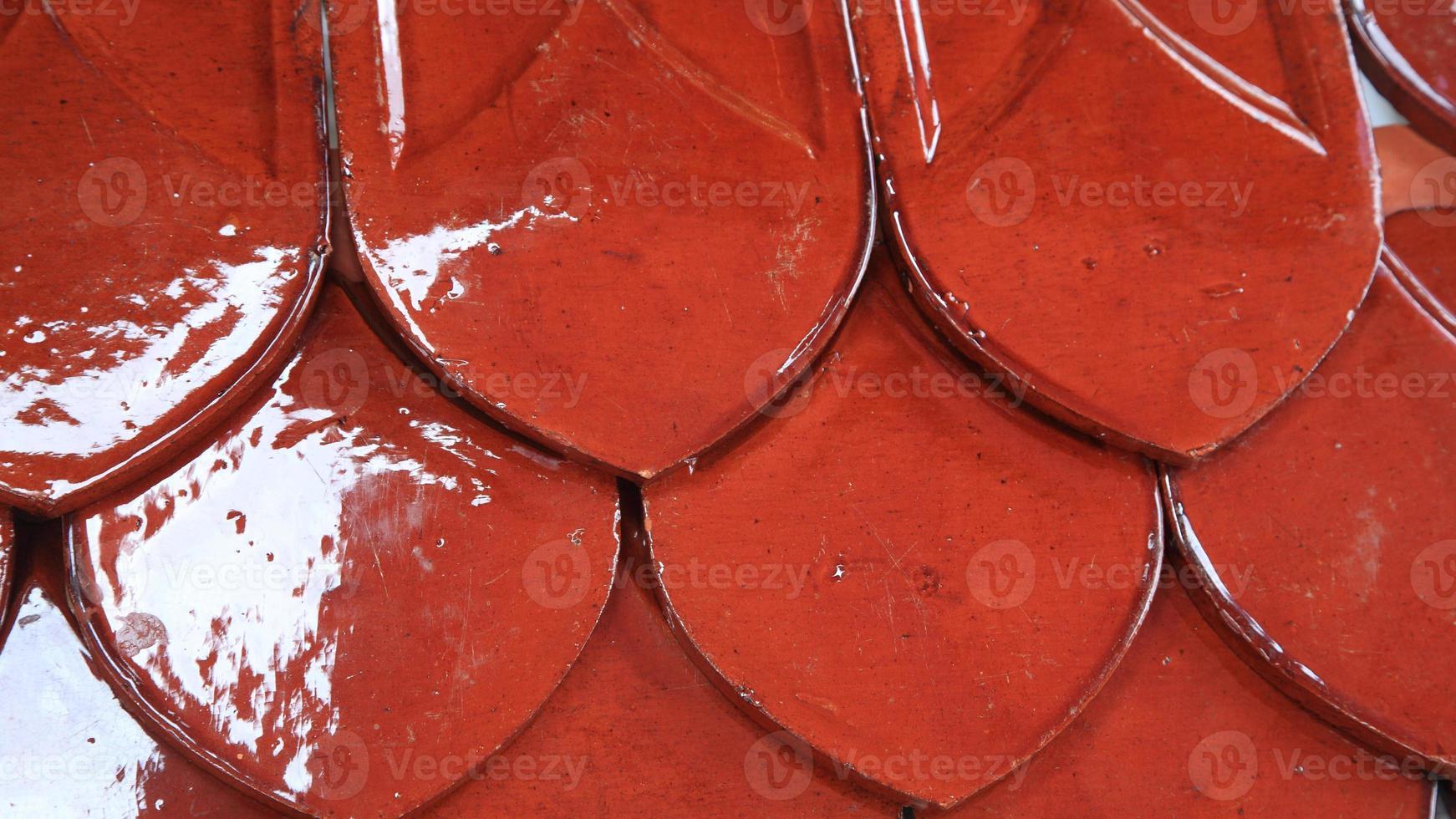 rote Ziegel des thailändischen Tempeldaches foto