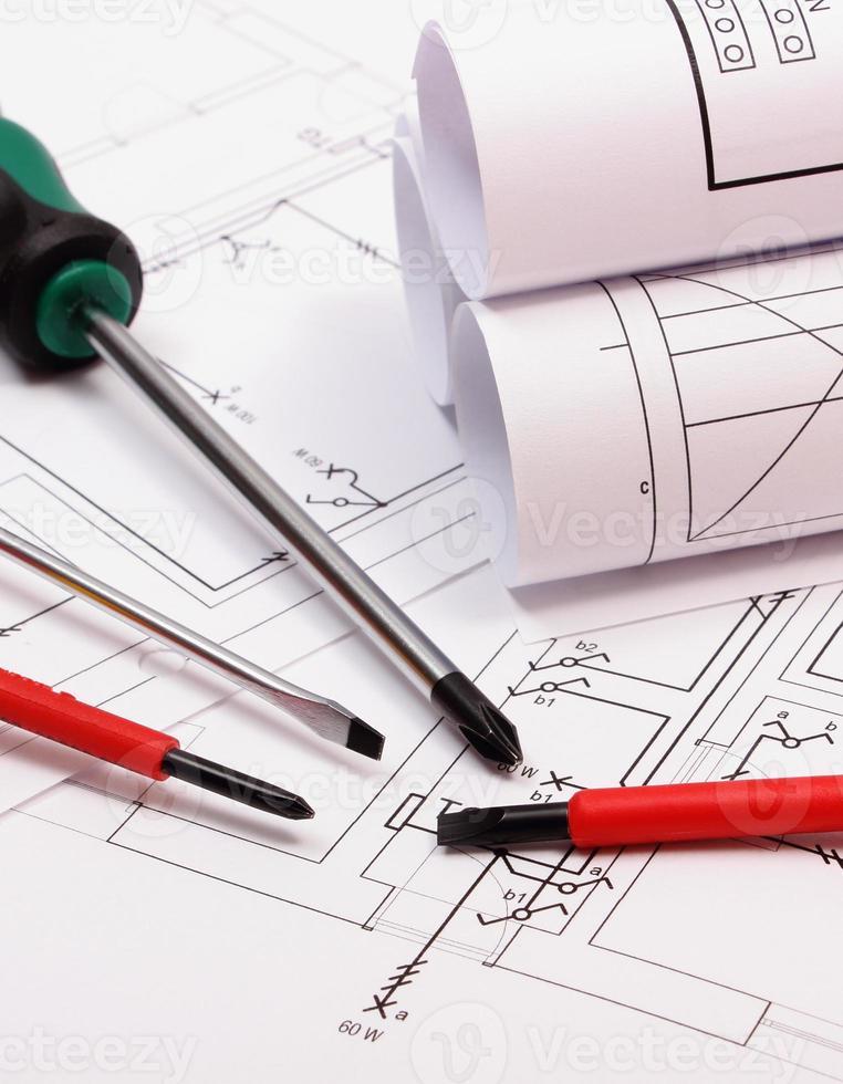 Diagramme und Arbeitsgeräte zur elektrischen Konstruktionszeichnung des Hauses foto