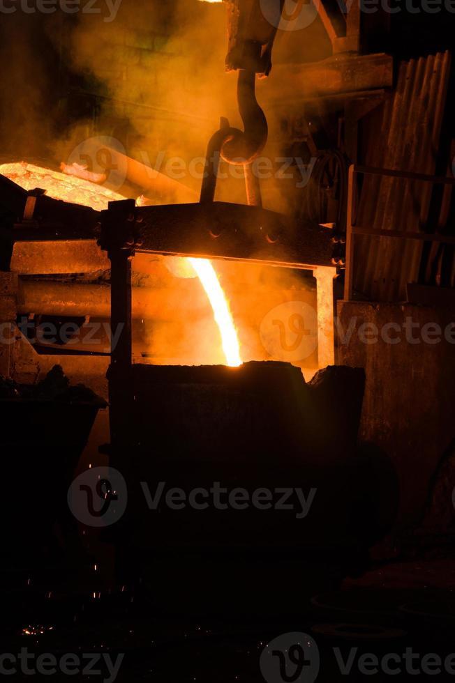 Strom von heißem flüssigem Metall foto
