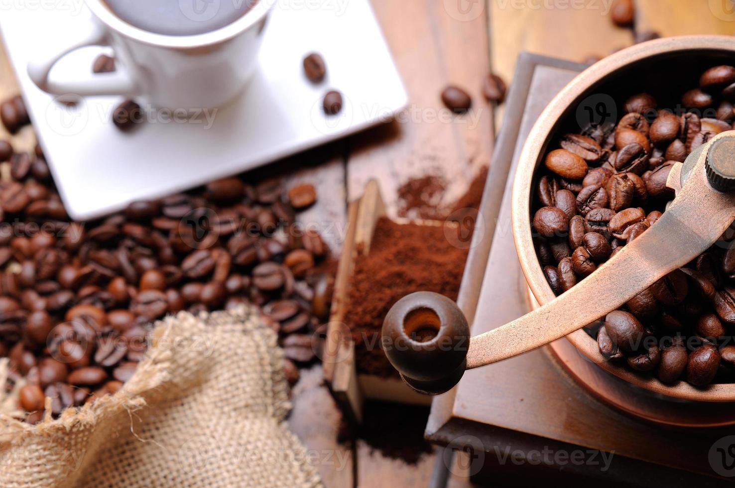Kaffeemühle mit Bohnen Draufsicht foto