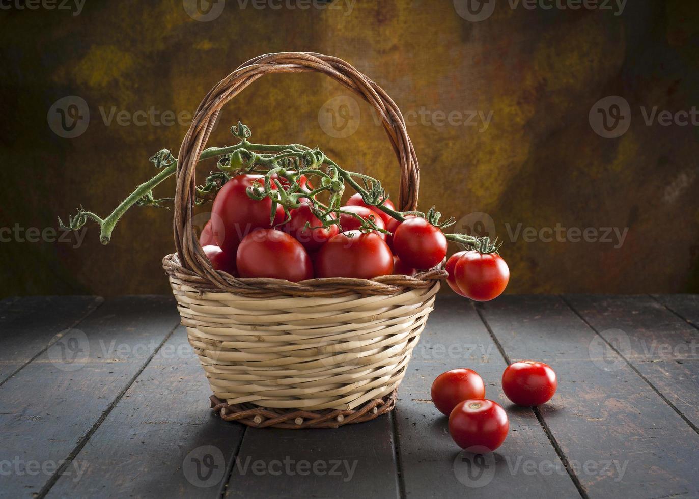 Tomatenkorb auf Holz foto