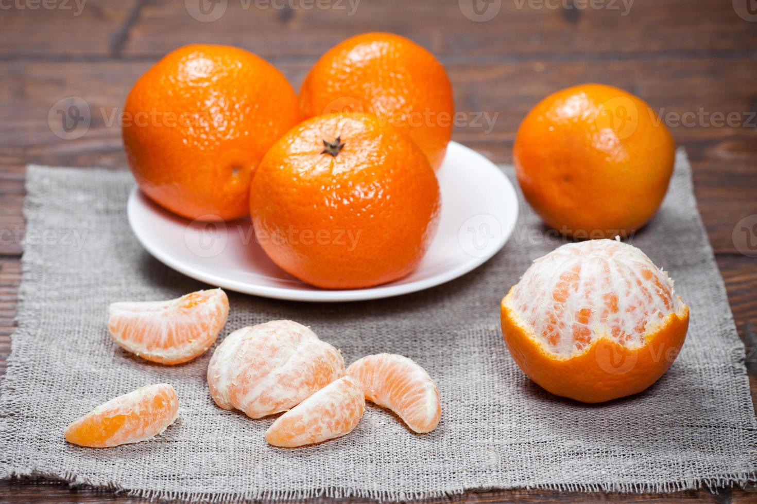 Mandarinen auf Holztisch foto
