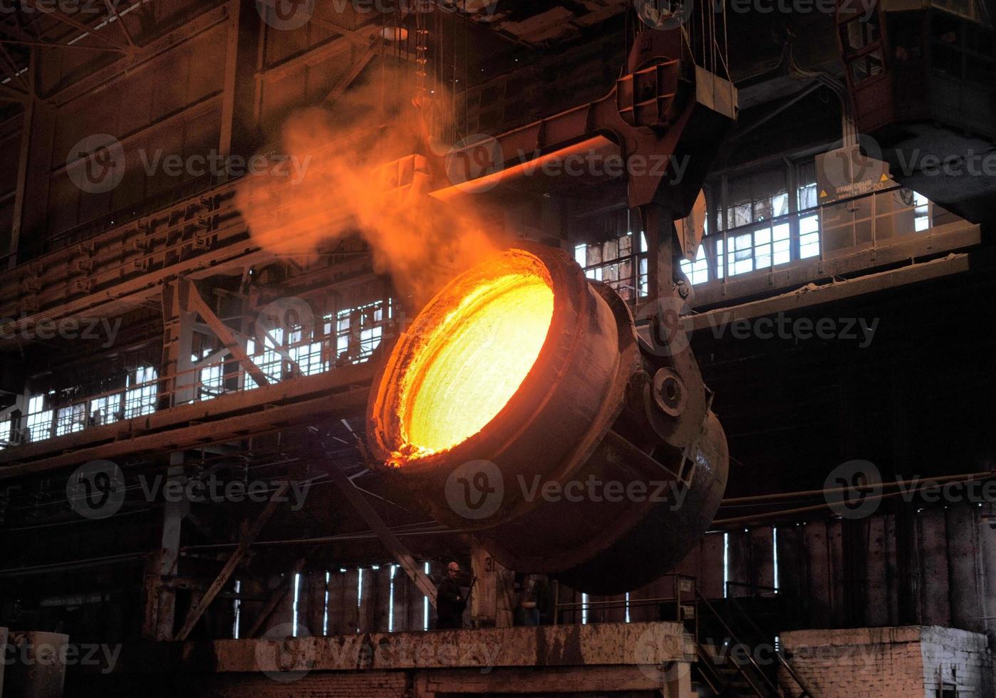 Schmelzen des Metalls in der Gießerei foto